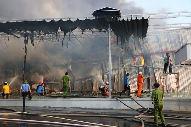 Lửa bao trùm gần 10 tiếng ở nơi từng diễn tập chữa cháy trong 20 phút - 1