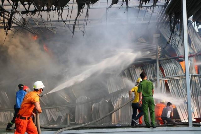 Lửa bao trùm gần 10 tiếng ở nơi từng diễn tập chữa cháy trong 20 phút - 3