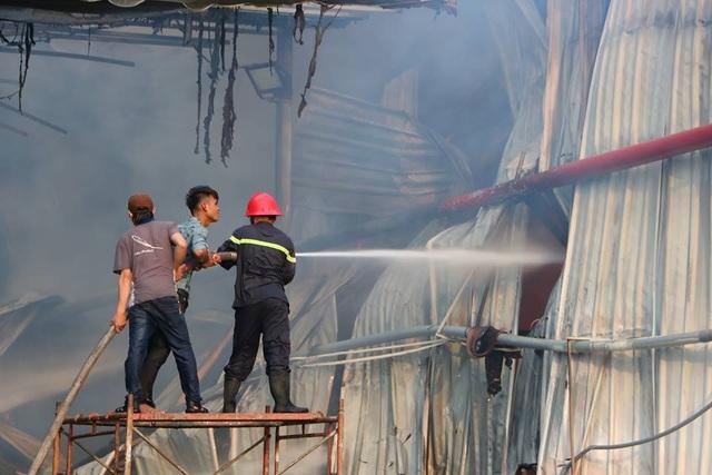 Lửa bao trùm gần 10 tiếng ở nơi từng diễn tập chữa cháy trong 20 phút - 4