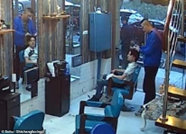 Tức giận vì mái tóc không ưng ý, khách hàng đòi cắt lại tóc của thợ để trả thù - 1