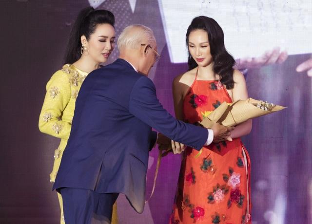 """Paris Vũ giành giải """"Bông hồng quyền lực 2019"""", diễn vedette thời trang - 4"""