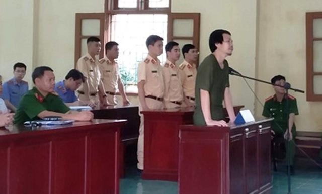 Dùng đá ném vỡ kính xe CSGT, người đàn ông bị xử phạt 2 năm tù - 1
