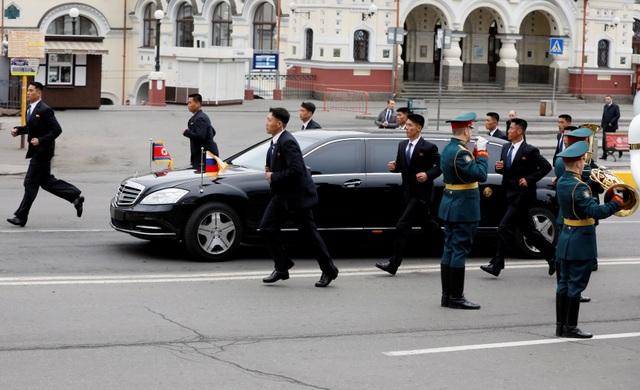 Đội cận vệ lau cửa tàu bọc thép, chạy bộ theo xe chở ông Kim Jong-un - 2