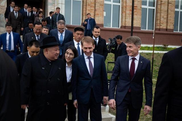 Những hình ảnh đầu tiên của ông Kim Jong-un trong chuyến thăm Nga - 11