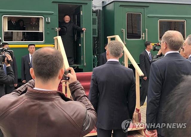 Ông Kim Jong-un được tặng bánh mì và muối khi đến Nga - 2