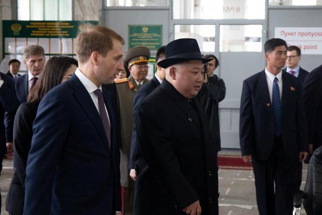 Những hình ảnh đầu tiên của ông Kim Jong-un trong chuyến thăm Nga - 12