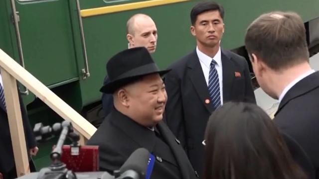 Ông Kim Jong-un được tặng bánh mì và muối khi đến Nga - 3