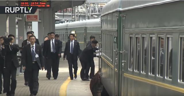 Đội cận vệ lau cửa tàu bọc thép, chạy bộ theo xe chở ông Kim Jong-un - 1