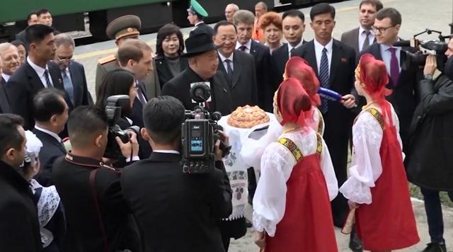 Ông Kim Jong-un được tặng bánh mì và muối khi đến Nga - 4
