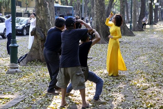 Phố lá vàng rơi siêu lãng mạn ở Hà Nội thu hút người chụp ảnh - 10
