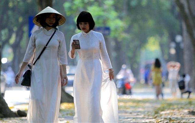 Phố lá vàng rơi siêu lãng mạn ở Hà Nội thu hút người chụp ảnh - 4