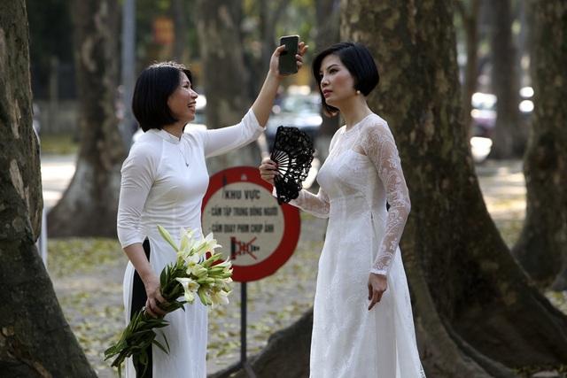 Phố lá vàng rơi siêu lãng mạn ở Hà Nội thu hút người chụp ảnh - 6