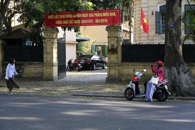 Phố lá vàng rơi siêu lãng mạn ở Hà Nội thu hút người chụp ảnh - 9