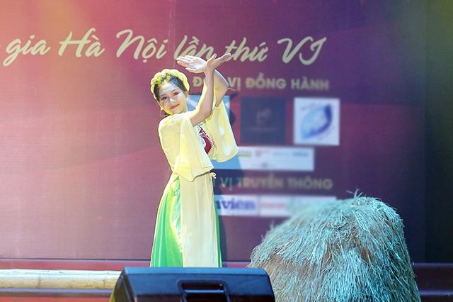 Ngắm vũ điệu quyến rũ của nữ sinh ĐH Quốc gia Hà Nội - 7