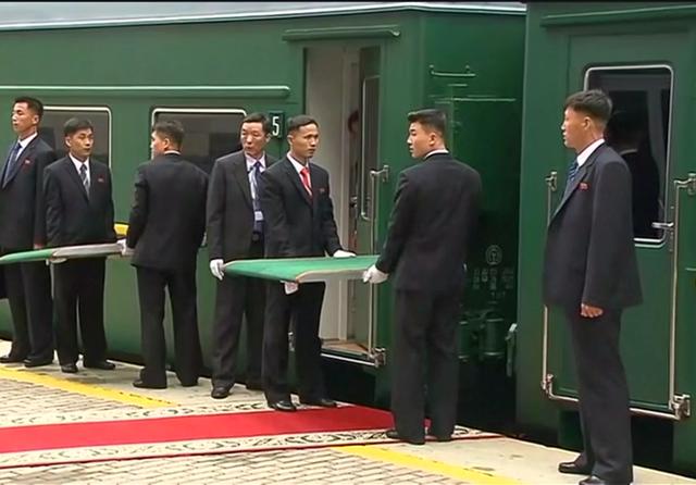 Cận vệ của ông Kim Jong-un loay hoay khi đoàn tàu bọc thép lệch thảm đỏ - 1