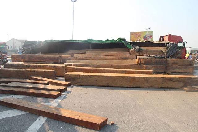 Xe đầu kéo lật nghiêng, hàng chục m3 gỗ đổ tràn trên quốc lộ - 2
