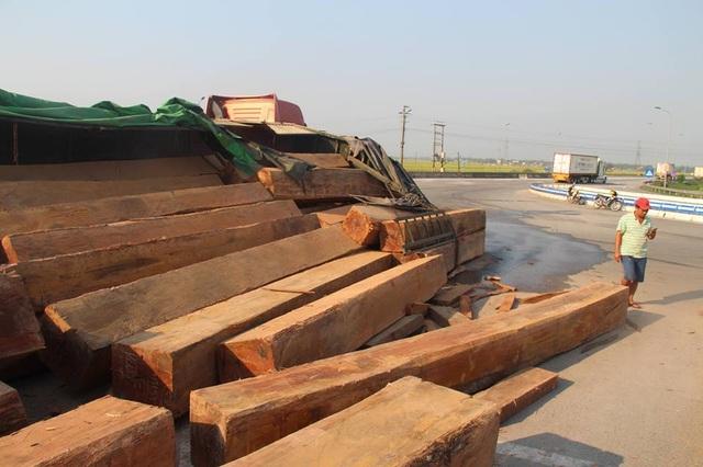 Xe đầu kéo lật nghiêng, hàng chục m3 gỗ đổ tràn trên quốc lộ - 3