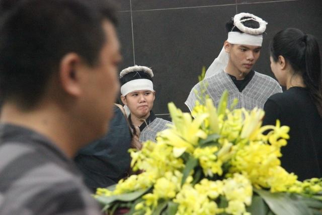 """Xót xa cảnh hai con khóc lặng trong lễ tang nữ công nhân môi trường bị """"xe điên"""" tông - 2"""