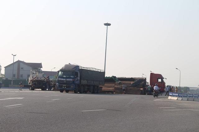 Xe đầu kéo lật nghiêng, hàng chục m3 gỗ đổ tràn trên quốc lộ - 4