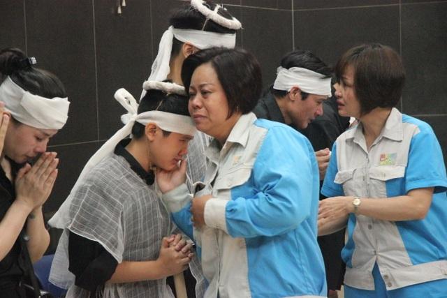 """Xót xa cảnh hai con khóc lặng trong lễ tang nữ công nhân môi trường bị """"xe điên"""" tông - 4"""