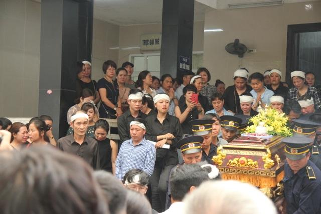 """Xót xa cảnh hai con khóc lặng trong lễ tang nữ công nhân môi trường bị """"xe điên"""" tông - 8"""