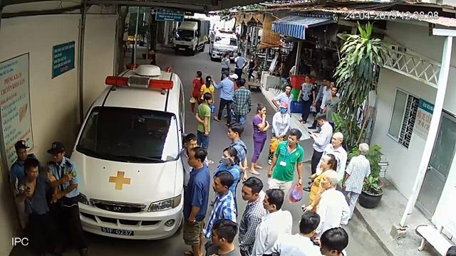 TPHCM: Bảo vệ bệnh viện đánh nhau với tài xế xe cấp cứu, 6 người bị thương - 2