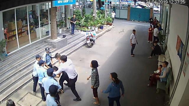 TPHCM: Bảo vệ bệnh viện đánh nhau với tài xế xe cấp cứu, 6 người bị thương - 1