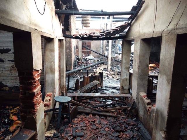 Chợ cháy ngùn ngụt lúc nửa đêm, tiểu thương bất lực đứng nhìn tài sản thành tro - 8