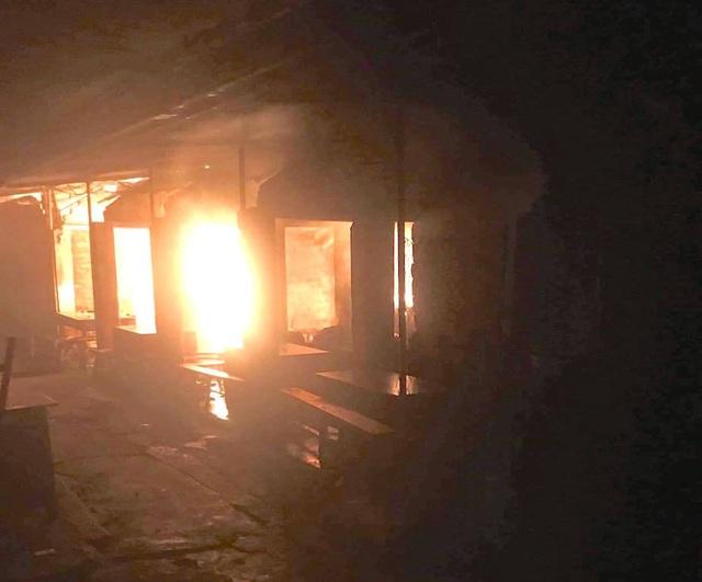 Chợ cháy ngùn ngụt lúc nửa đêm, tiểu thương bất lực đứng nhìn tài sản thành tro - 2
