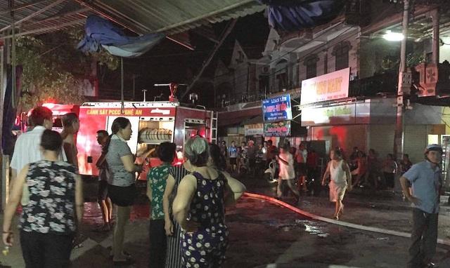 Chợ cháy ngùn ngụt lúc nửa đêm, tiểu thương bất lực đứng nhìn tài sản thành tro - 4