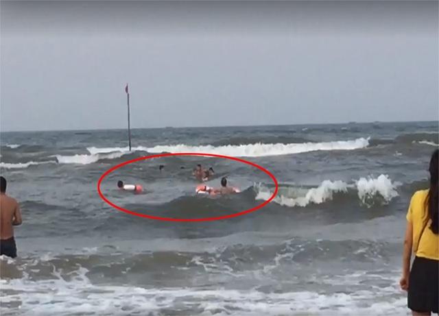 Hai thanh niên lao ra sóng dữ cứu 3 bố con thoát ngưỡng cửa tử thần - 2