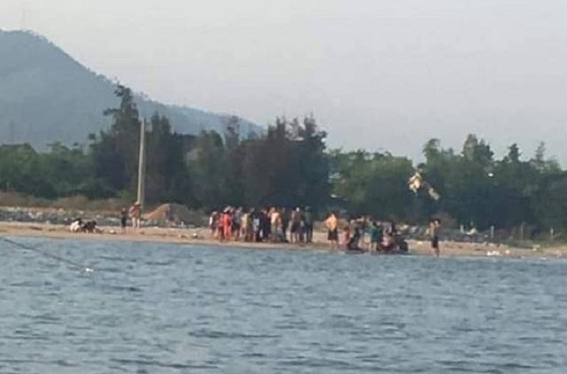 Hai thanh niên cứu sống 5 cháu nhỏ gặp nạn trên biển - 1