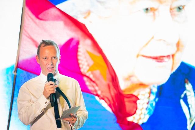 Đại sứ quán Anh tổ chức tiệc sinh nhật thứ 93 của Nữ Hoàng - 1