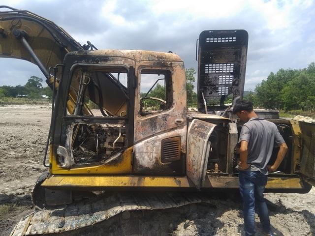 Xe cuốc cháy rụi nghi bị đốt  - 1