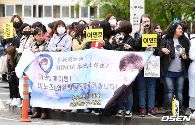 Fan tụ tập đón Kim Tan Lee Min Ho xuất ngũ - 2