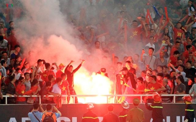 Bóng đá Việt Nam từng suýt bị trừ điểm và cấm thi đấu sân nhà vì pháo sáng - 1
