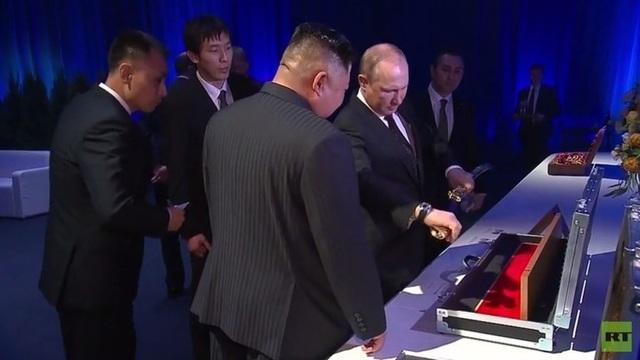 Ông Putin và ông Kim Jong-un tặng nhau bảo kiếm - 1