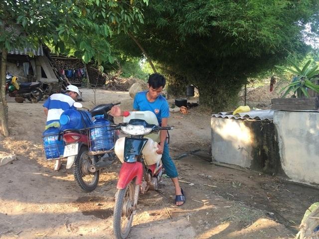 Người dân khoét suối tìm nước giữa mùa nắng hạn - 4