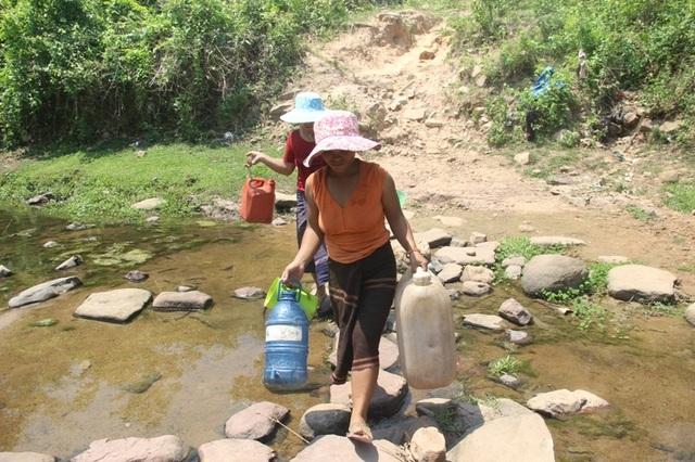Người dân khoét suối tìm nước giữa mùa nắng hạn - 1