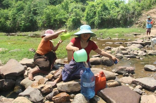 Người dân khoét suối tìm nước giữa mùa nắng hạn - 2