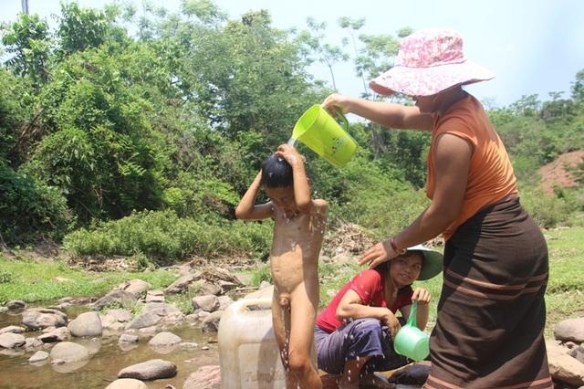 Người dân khoét suối tìm nước giữa mùa nắng hạn - 3