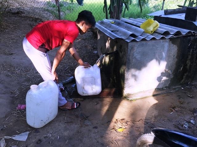 Người dân khoét suối tìm nước giữa mùa nắng hạn - 5