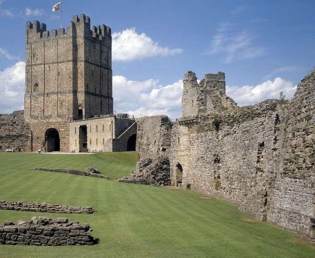 Du khách bị nhốt trong lâu đài vì mải mê yêu đương - 1