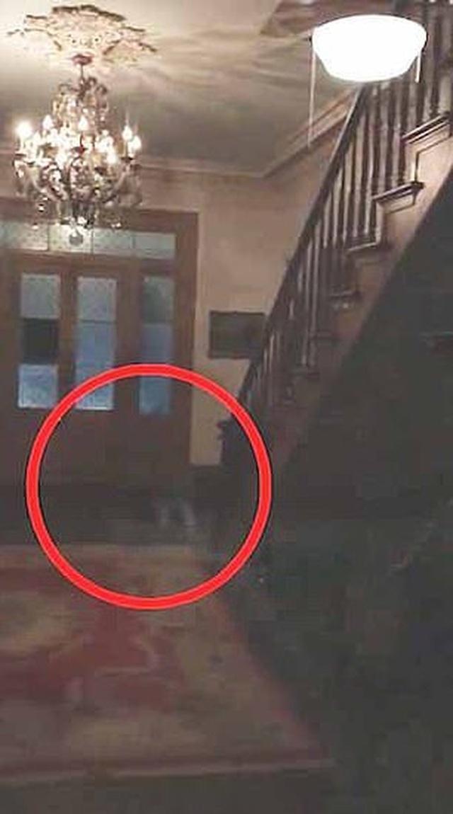 Cặp đôi kinh hồn bạt vía khi ở qua đêm tại ngôi nhà ma ám - 1