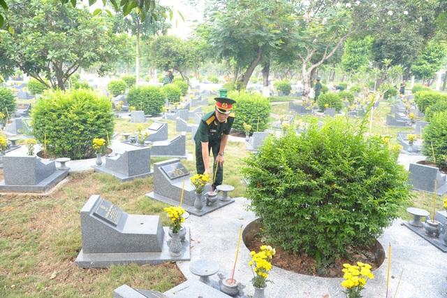 Lãnh đạo TPHCM viếng các anh hùng liệt sĩ - 8