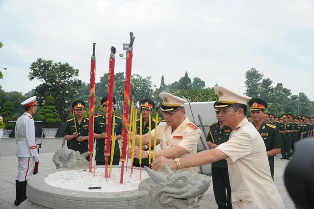 Lãnh đạo TPHCM viếng các anh hùng liệt sĩ - 5