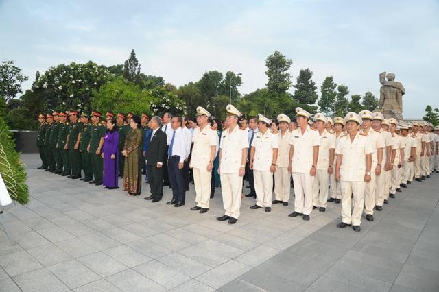 Lãnh đạo TPHCM viếng các anh hùng liệt sĩ - 2
