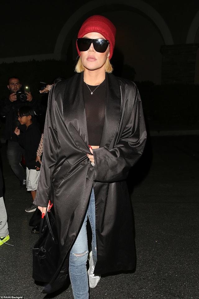 Kim Kardashian khoe dáng nảy nở với quần đỏ ôm sát - 7