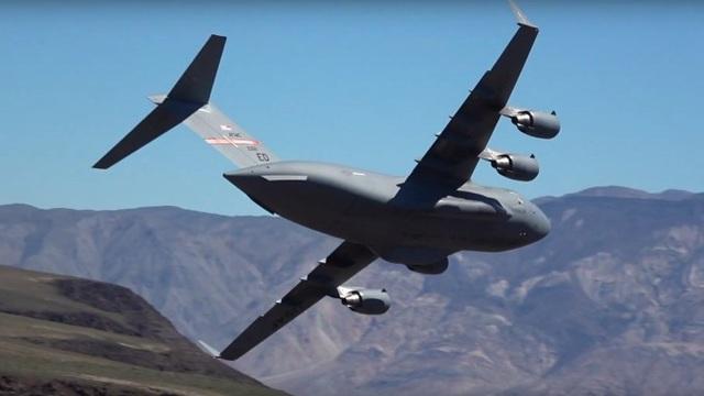 """""""Ngựa thồ"""" C-17 của Mỹ lách qua hẻm núi """"Chiến tranh giữa các vì sao"""" ở tầm thấp - 1"""