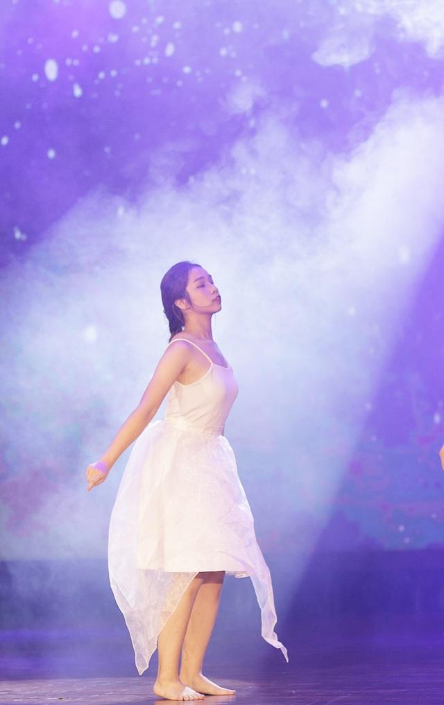 Nữ sinh Kinh tế quốc dân nhảy nóng bỏng trong đêm chia tay cuối khóa - 7